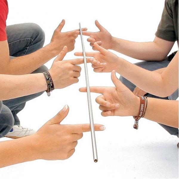 Командная игра Парящая палка для проверки умения работать сообща и чувства локтя